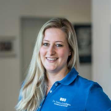 Kati Finster - ZMF – Frau Finster hat langjährige Praxiserfahrung und ist seit März 2017 in unserem Team. Sie hilft Ihnen bei allen Fragen rund um die Behandlung weiter.